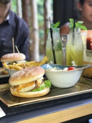 After hearing my family RAVE about Hans Im Gluck on Orchard Road, we went for Sunday lunch and I was blown away. The burgers were so unique, and their drinks were amazing.
