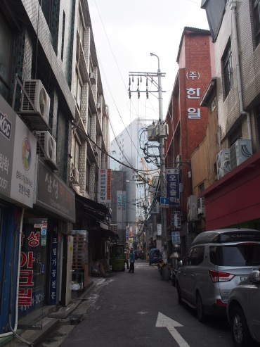"One of the things about Seoul that really stood out to me was the mix of old and new (this was one of the ""old"" parts with all the wires above the ground)."