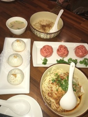 Noodles and pork buns ft. cute Mother's Day treats//Paradise Dynasty, Ion